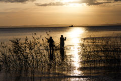 Croix-lumière des personnes dans le lac nicaragua image stock