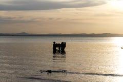 Croix-lumière des personnes dans un lac photo stock