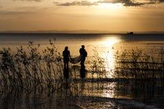 Croix-lumière des personnes pêchant dans le lac nicaragua photo libre de droits
