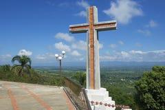 Croix moderne donnant sur la vallée de Cibao en Santo Cerro, République Dominicaine  Photos stock
