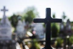 Croix noire de fer avec la croix blanche à l'arrière-plan Photos stock