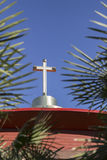 Croix noire sur le clocher de l'église Images libres de droits