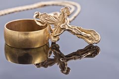 Croix orthodoxe d'anneau et d'or de mariage Photos stock