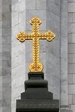 Croix orthodoxe d'or sur le fond en pierre gris Photos libres de droits