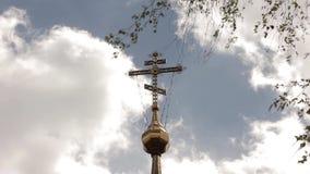 Croix orthodoxe sur une église sur un fond de ciel clips vidéos