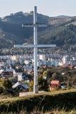 Croix patriarcale au-dessus de ville de Kysucke Nove Mesto en Slovaquie Image libre de droits