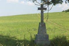 Croix pierreuse de bord de la route photographie stock
