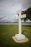 Croix religieuse de symbole par la rivière Images libres de droits