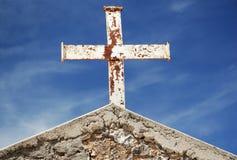 Croix rouillée sur le toit photographie stock