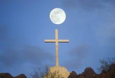 Croix sous la pleine lune Photographie stock