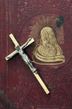 Croix sur Christian Book Photo stock