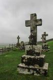 Croix sur des pierres tombales dans le cimetière en Irlande Images stock