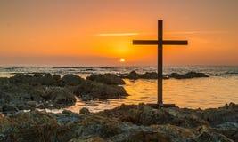 Croix sur des roches Photos stock