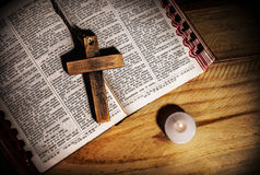 Croix sur la bible Photos stock
