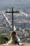 Croix sur la colline à l'Antigua Photographie stock libre de droits