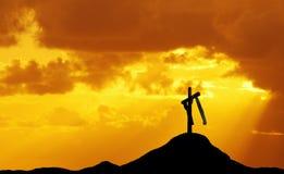 Croix sur la colline au coucher du soleil ou au lever de soleil Image stock