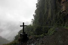 Croix sur la route de la mort, Bolivie photos stock