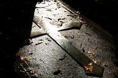 Croix sur la tombe photographie stock libre de droits