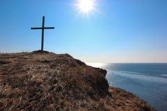 Croix sur le cap de mer Image stock