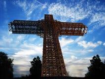 Croix sur le dessus de la montagne photographie stock libre de droits