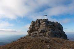 Croix sur le dessus de montagne Photographie stock