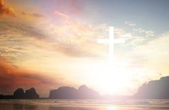 croix sur le fond trouble de coucher du soleil Photos libres de droits
