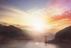 croix sur le fond trouble de coucher du soleil Photo libre de droits
