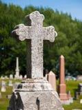 Croix sur le marqueur de tombe de cimetière images libres de droits
