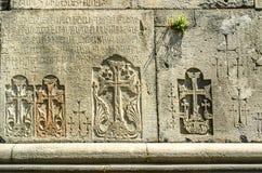 Croix sur le mur en pierre du monastère de Haghpat Photographie stock