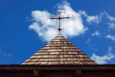 Croix sur le toit en bois photo libre de droits