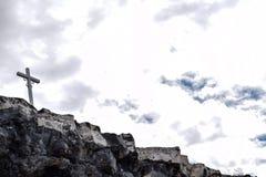 Croix sur une falaise photographie stock libre de droits