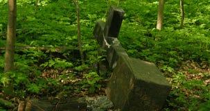 Croix tombée de pierre tombale banque de vidéos