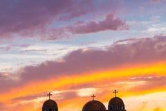 Croix trois sur un toit d'église contre le beau ciel de soirée image libre de droits