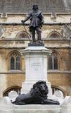 cromwell伦敦脚踏铁槌雕象威斯敏斯特 免版税图库摄影