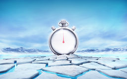 Cronómetro en el medio del agujero agrietado de la masa de hielo flotante de hielo Foto de archivo