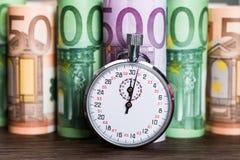 Cronómetro en Front Of Banknotes fotos de archivo