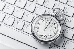 Cronómetro en un teclado del ordenador portátil imagenes de archivo