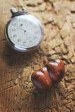 Cronómetro y corazones de madera Fotos de archivo libres de regalías
