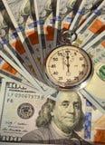 Cronómetro y dólares (el tiempo es oro, capital, ahorros, beneficio - Foto de archivo libre de regalías