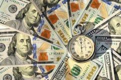 Cronómetro y dólares (el tiempo es oro, capital, ahorros, beneficio - Imagen de archivo libre de regalías