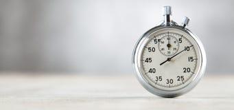 Cronômetro análogo no fundo cinzento foto de stock