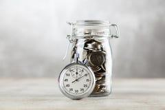 Cronômetro análogo no fundo cinzento imagem de stock