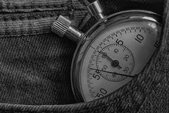 Cronômetro das antiguidades do vintage, no bolso escuro da sarja de Nimes, medida do tempo do valor, minuto velho da seta do puls Imagens de Stock Royalty Free