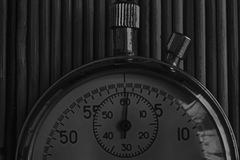 Cronômetro das antiguidades do vintage, retro no fundo de madeira, medida do registro velho do temporizador da precisão do minuto Imagem de Stock