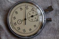 Cronômetro, no fundo da lona, na medida do tempo do valor, no minuto velho da seta do pulso de disparo e no segundo registro do t Imagem de Stock