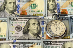 Cronômetro e dólares (Tempo é dinheiro, capital, economias, lucro - Fotografia de Stock