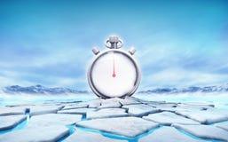 Cronômetro no meio de furo rachado da banquisa de gelo Foto de Stock