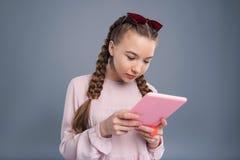 Cronología social de lectura del adolescente bonito medios en la tableta Imagen de archivo libre de regalías