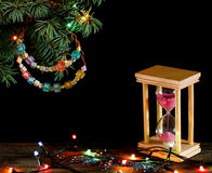 Cronometre a areia cor-de-rosa do conceito que cai na ampulheta na madeira velha Fotografia de Stock Royalty Free