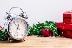 Cronometre com caixa de presente vermelha e espaço livre para ideias, fundo 2019 do conceito do ano novo feliz Foto de Stock